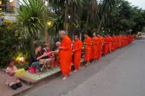 Poranna tradycja w Luang Prabang - ofiarowanie żywności mnichom