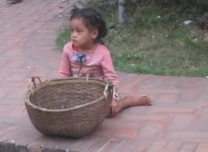 Dziewczynka czekająca na żywność od mnichów