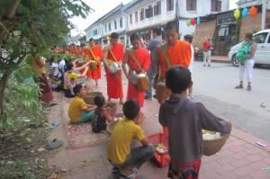 Mnisi otrzymaną żywność częściowo przekazują dzieciom