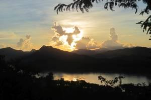 Początek zachodu słońca nad Mekongiem