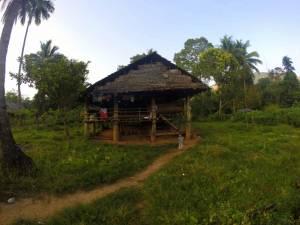 Jedna z kilkunastu chat w wiosce Karenów