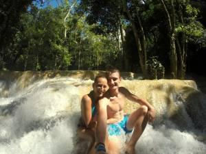 Szczęśliwi w wodospadzie Tad Sae