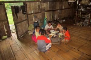 Rodzinne śniadanie w wiosce Karenów