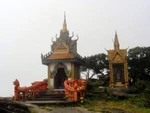 Buddyjska świątynia. Oczywiście we mgle.