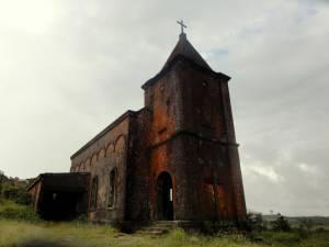 Opuszczony kościół katolicki na wzgórzu