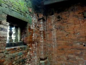 Ściana po lewej jest zbudowana kilkadziesiąt lat temu. Po prawej kilkaset ;)