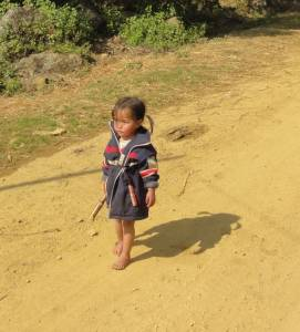 Na zewnątrz kilka stopni, a dzieciaki chodzą bez butów...