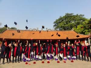 Świeżo upieczeni absolwenci w Świątyni Literatury