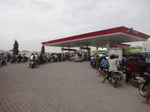 Kolejka na stacji benzynowej :D Takie rzeczy tylko w Azji!