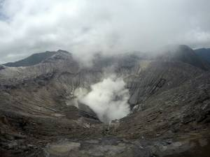 Bromo. W tle wygasły wulkan Batok.