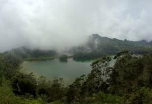 Siarkowe jezioro w chmurach. Dieng Plateau.