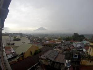 Wulkan w Dieng Plateau widziany z Wonosobo