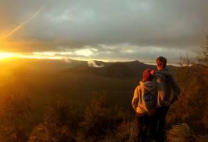 Wschód słońca! Żeby była jasność - Bromo to NIE ten wulkan o idealnym kształcie. To ten, z którego się dymi ;)