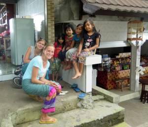 Z balijskimi dzieciakami