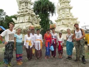 Z wesołą grupą Hinduistów koło świątyni Gunung Lempuyang