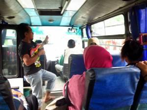 Grajkowie w autobusach to w Indonezji norma