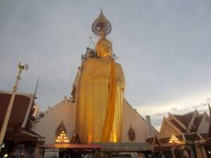 Wielki posąg Buddy w Wat Intharawihan