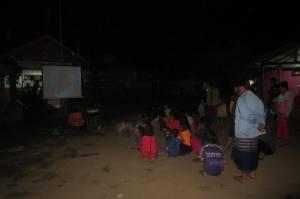 Dzieci z okolicznych wiosek oglądające Toy Story 2