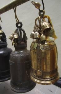 Dzwonki pozostawione przez wiernych