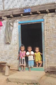 Laotańskie dzieci w jednej z przyrzecznych wiosek