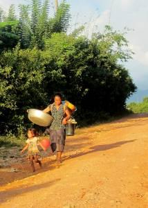Życie codzienne mieszkańców laotańskich wiosek - mimo wszystko wyglądają na szczęśliwych!