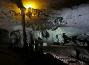 Formacje skalne w jaskini Kong Lor.