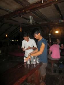 Khmerowie też uwielbiają beer ponga!
