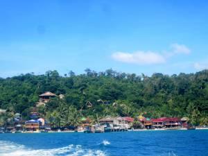 Miasteczko na Koh Rong widziane z łodzi