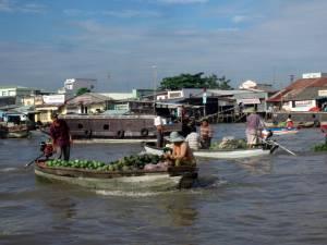 Większy pływający market
