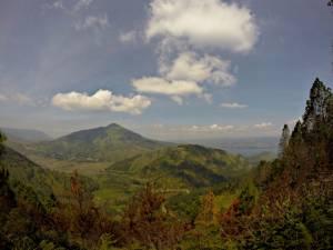 Rewelacyjny widok na największe jezioro wulkaniczne świata i wulkan Toba