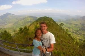Gamońscy na punkcie widokowym - w tle wulkan i jezioro Toba