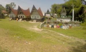 Domki i groby w kształcie łódek (jak pisałam - grobowiec pełni też funkcję sznurka na pranie...)