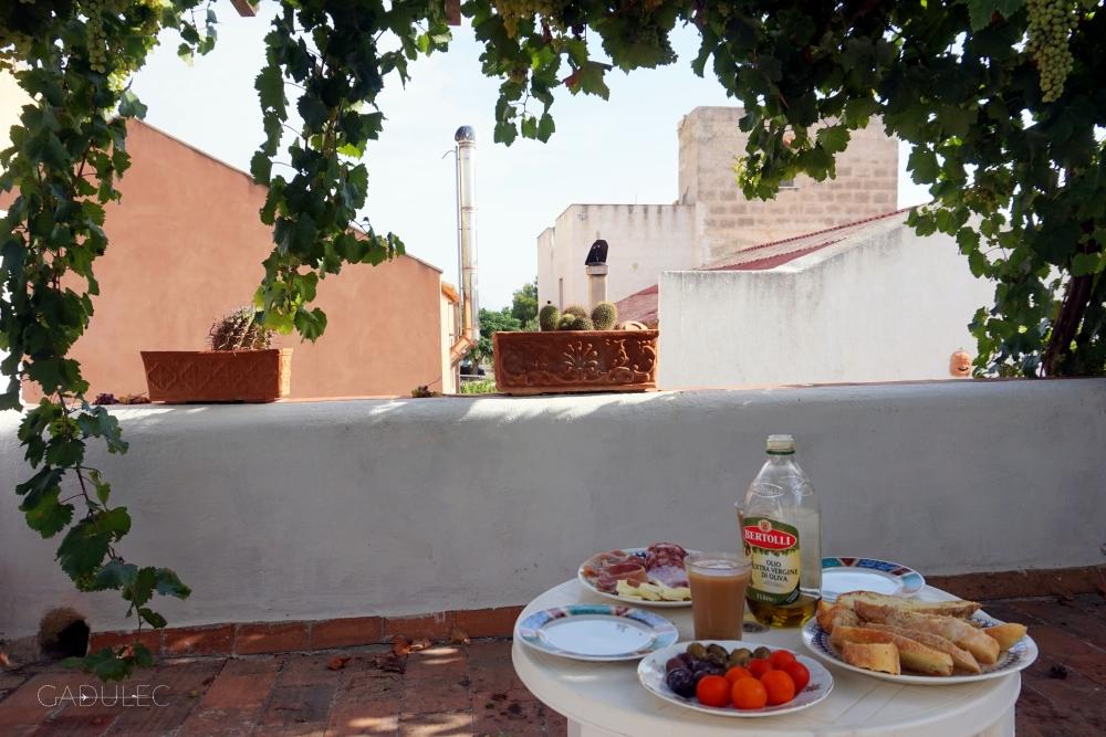 Włoskie śniadanie pod winoroślą