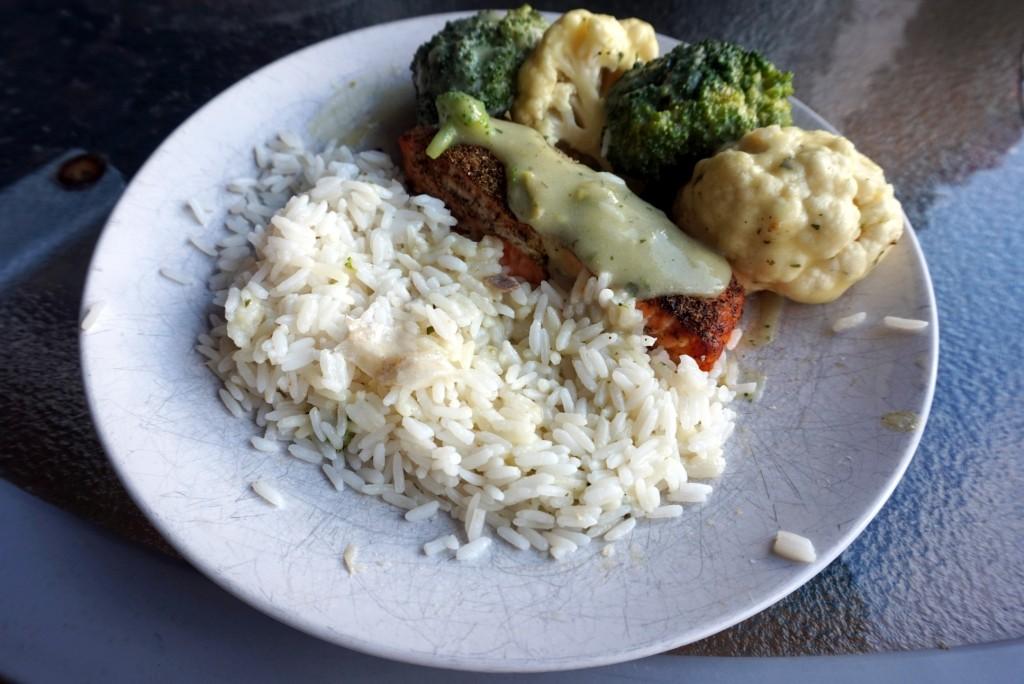 Łosoś z ryżem i brokułami