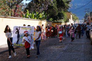 """Kolejna procesja (Gwatemalczycy uwielbiają tego typu """"imprezy"""")"""
