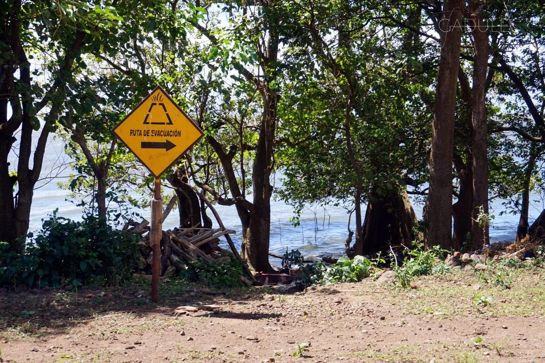 Na całej wyspie znajduje się sporo znaków wskazujących drogę ewakuacyjną w przypadku wybuchu wulkanu, ale tak naprawdę ucieczka z Ometepe nie należałaby do najłatwiejszych...