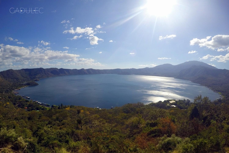 Jezioro Coatepeque w pełnej okazałości
