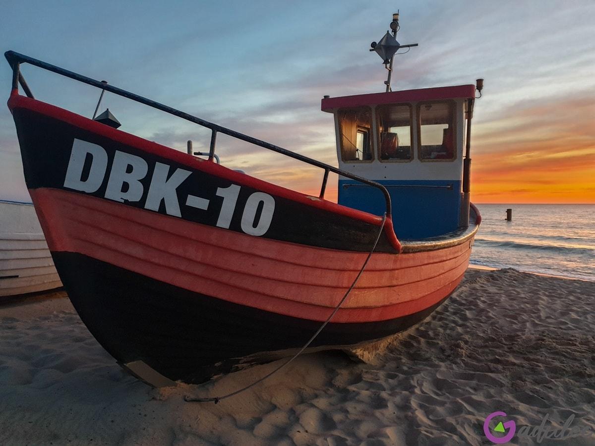 Łódź na plaży w Dąbkach