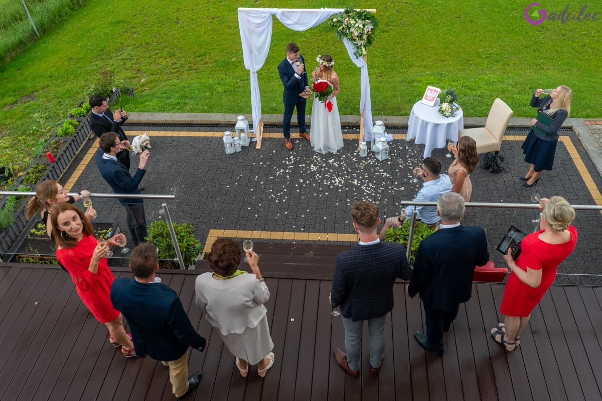 Toast na ślubie plenerowym